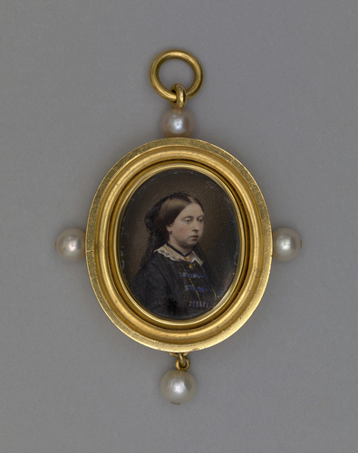 Gold pendant with portraits of Prince Albert and Queen Victoria